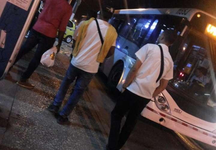 Desvían un metrobús para robarle a los usuarios y se bajan en San Joaquín