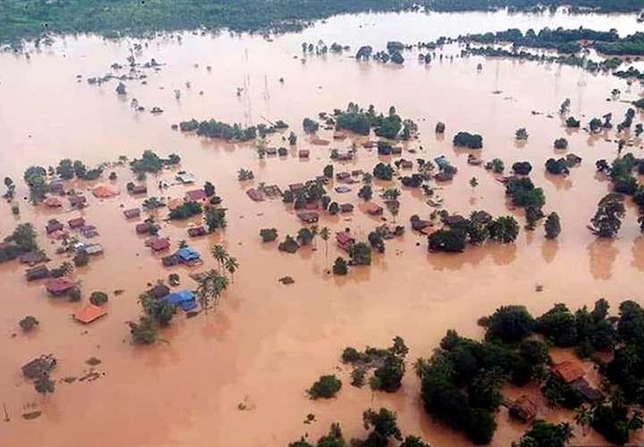 Vista aérea que muestra casas sumergidas por la inundación tras el derrumbe de una sección de una red de embalses en construcción en los ríos Xe Pian y Xe Namnoy, en la provincia de Attapeu (Laos). EFE