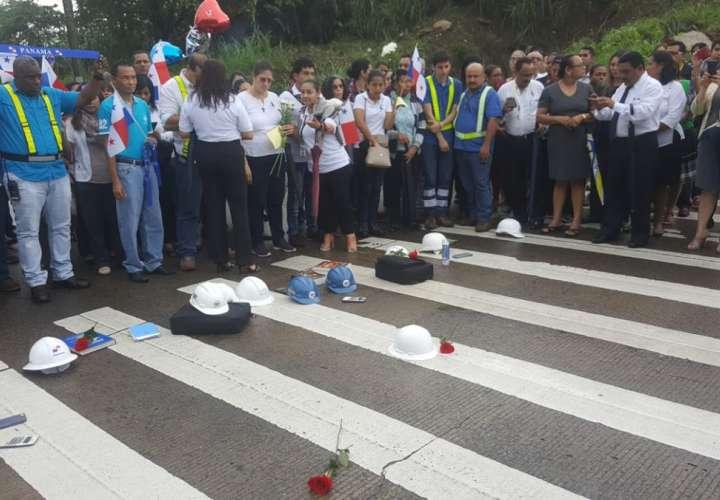 Cascos, libros y rosas en memoria de estudiante Rosaida Lorenzo