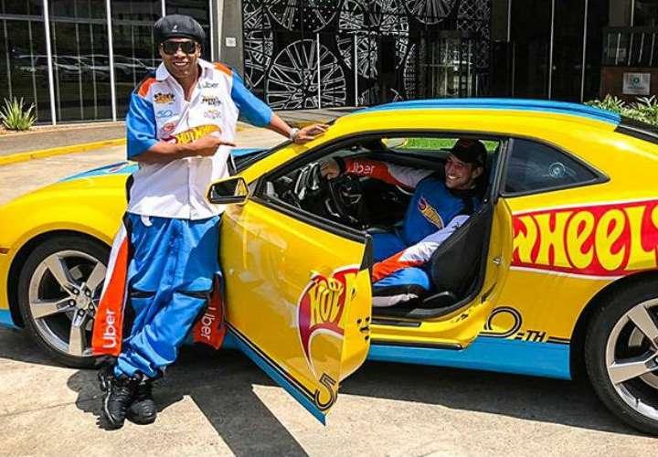 Ronaldinho fue chofer de Uber en un carro Hot Wheels