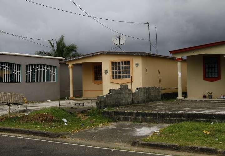 En esta vivienda habitaba la víctima. La tragedia tiene consternada a la comunidad.