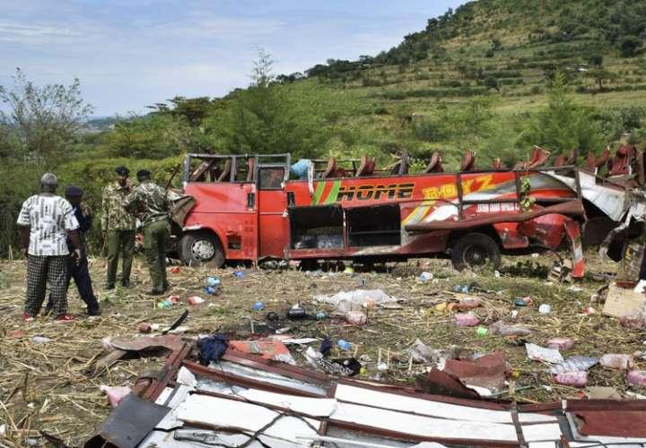 El autobús no tenía licencia para operar en la noche y sus propietarios enfrentarán cargos, dijo el jefe de la policía. AP