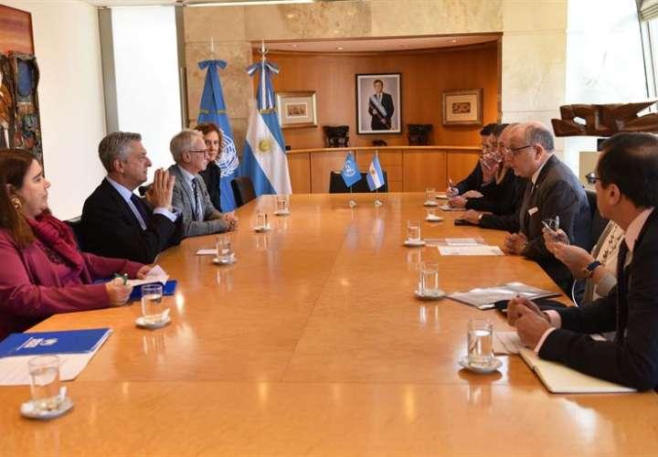 canciller Jorge Faurie (3d) quien se reúne con el alto comisionado de la ONU para los Refugiados Filippo Grandi (2i) en Buenos Aires (Argentina). EFE/Cancillería Argentina