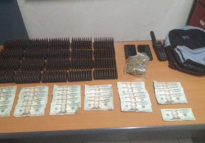 Municiones, droga, dinero y un teléfono satelital fueron confiscados durante un operativo hoy.