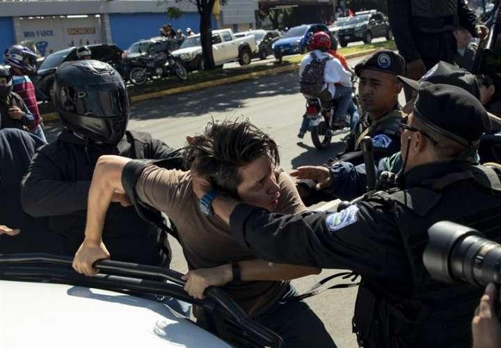 """Policías detienen a un manifestante durante la marcha """"Unidos Por la Libertad"""" hoy, domingo 14 de octubre de 2018, en Managua (Nicaragua). EFE"""