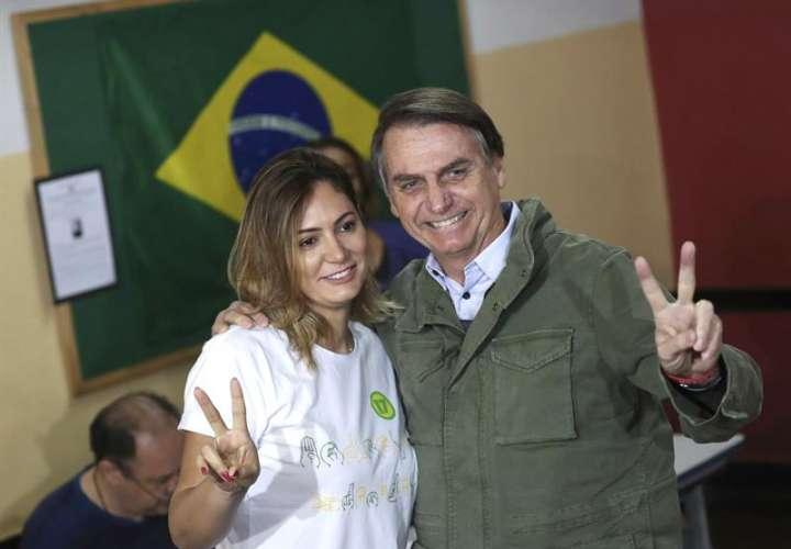 El candidato ultraderechista Jair Bolsonaro, acompañado de su esposa, Michelle, tras vota en una area militar en la zona norte de Río de Janeiro. EFE
