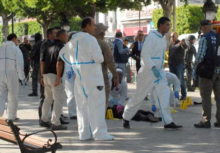La policía forense examina el cuerpo de una de las víctimas tras un ataque suicida en Túnez. EFE