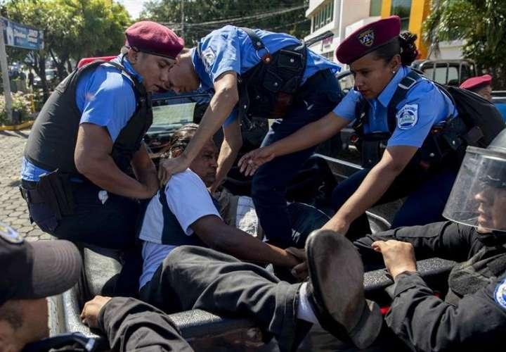 """Policías detienen a un manifestante durante la marcha """"Unidos Por la Libertad"""" el 14 de octubre de 2018, en Managua (Nicaragua). EFE"""
