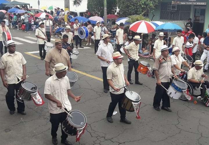 Bandas independiente deciden no culminar el desfile. Foto: Mayra Madrid