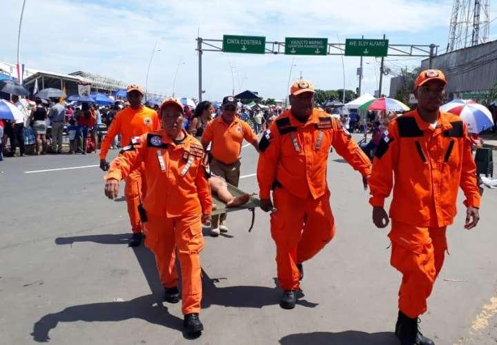 Sinaproc atiende, dentro de la ruta 1 del desfile, durante el Operativo de Fiestas Patrias a un adulto mayor. Foto: Sinaproc