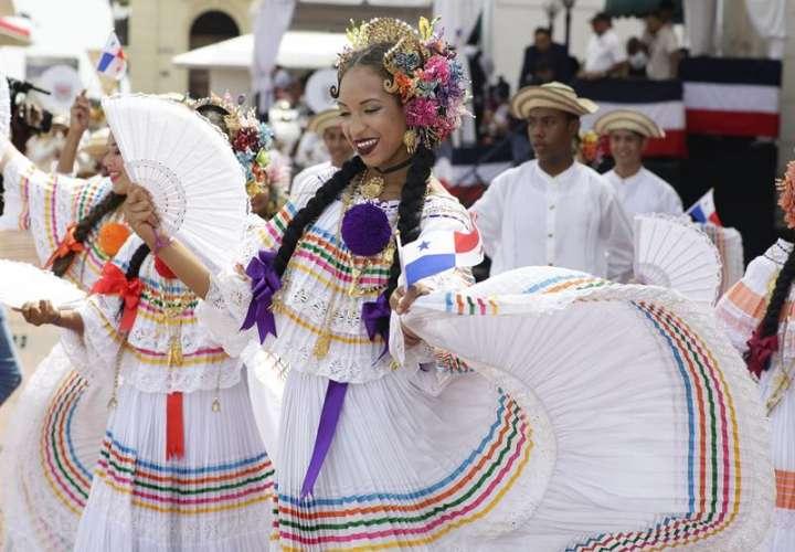 ombres y mujeres ataviados con el traje típico de Panamá desfilan en el Casco Antiguo en la capital panameña. EFE
