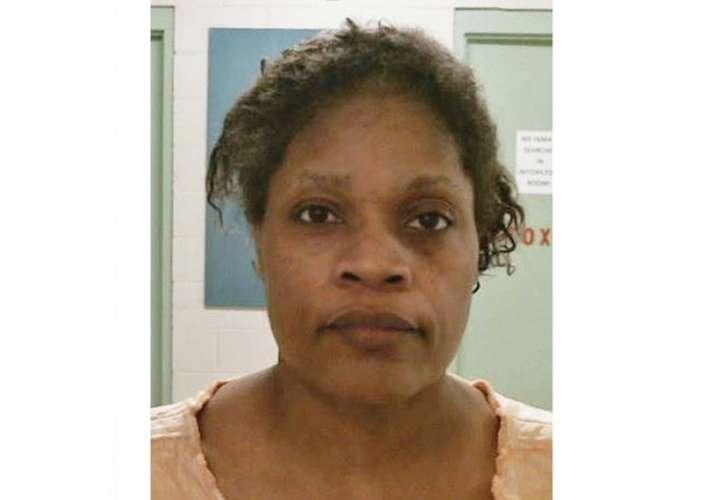 Carolyn Jones, fue acusada de asesinato en primer grado después de que su nieta de 20 meses de edad, Realeza Marie Floyd , fue encontrado apuñalado y quemado dentro de un horno. AP