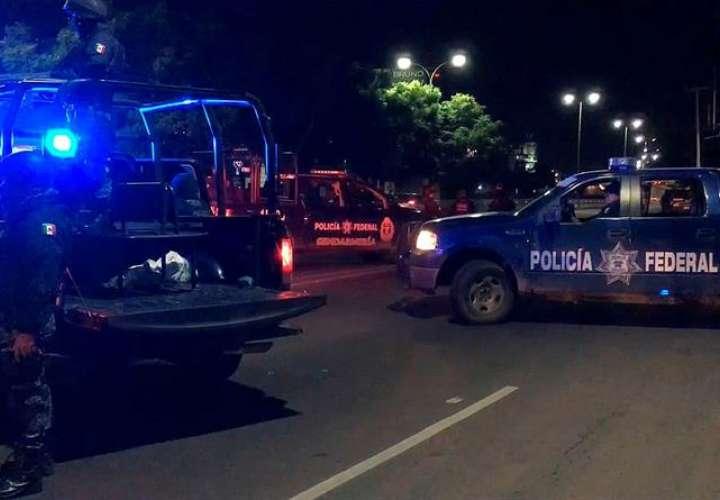 Policías Federales resguardando la zona donde fue detenido Ángel Humberto Chávez Castélum y su hijo, en la ciudad de Querétaro (México). EFE