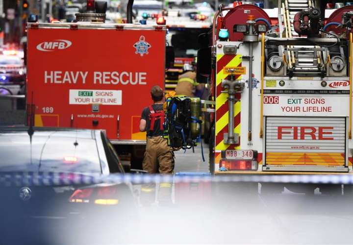 Los servicios de Emergencias llegan a la concurrida calle Bourke, donde una persona ha muerto y otras dos se encuentran hospitalizadas después de que un hombre armado con un cuchillo las atacase, en Melbourne (Australia), hoy. EFE