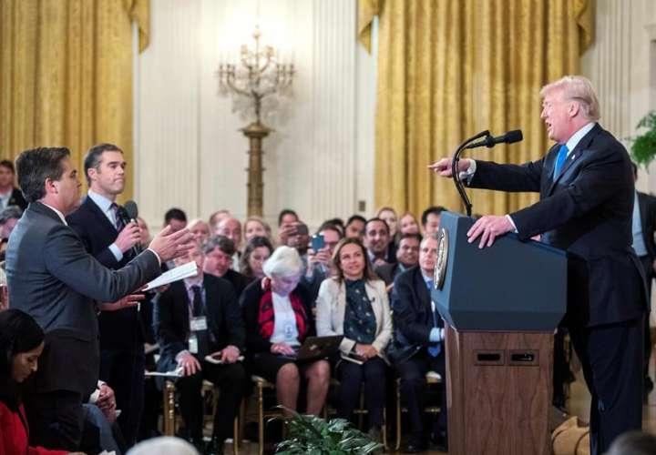 El presidente de los Estados Unidos, Donald J. Trump (d), habla con el reportero de la CNN Jim Acosta (i) durante una conferencia de prensa en la Sala Este de la Casa Blanca. EFE/Archivo