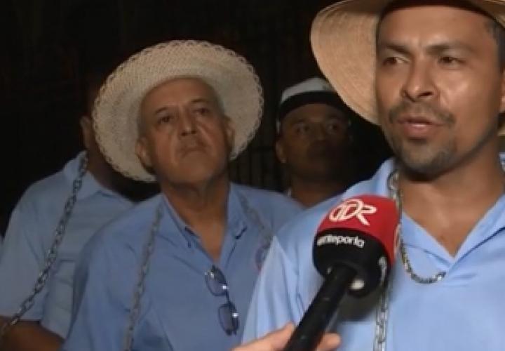 Taxistas encadenados y en huelga de hambre por expedición de cupos
