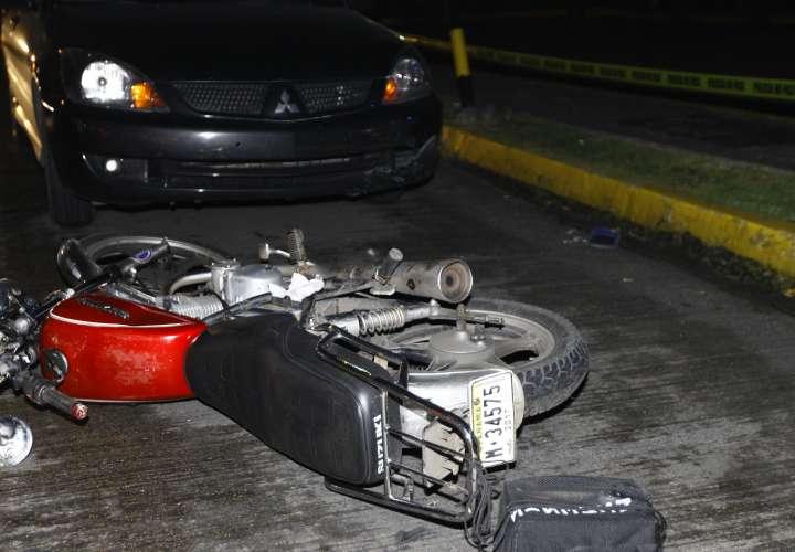 Motociclistas evaden retén policial, pero se accidentan en su huida