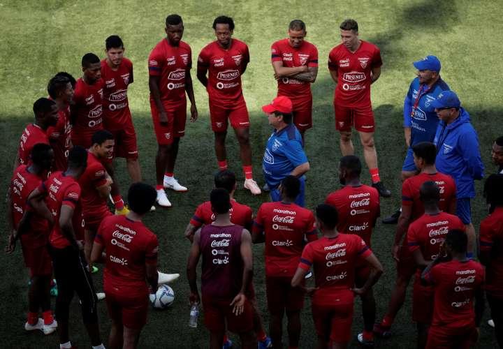 Hernán Darío Gómez, durante los entrenamientos de Ecuador en el estadio Maracaná de El Chorrillo./EFE