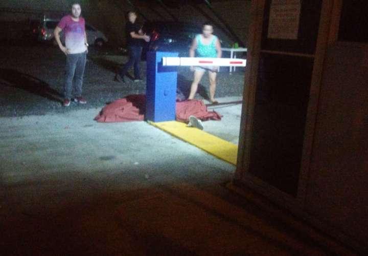 Hombre cae de un hotel y muere