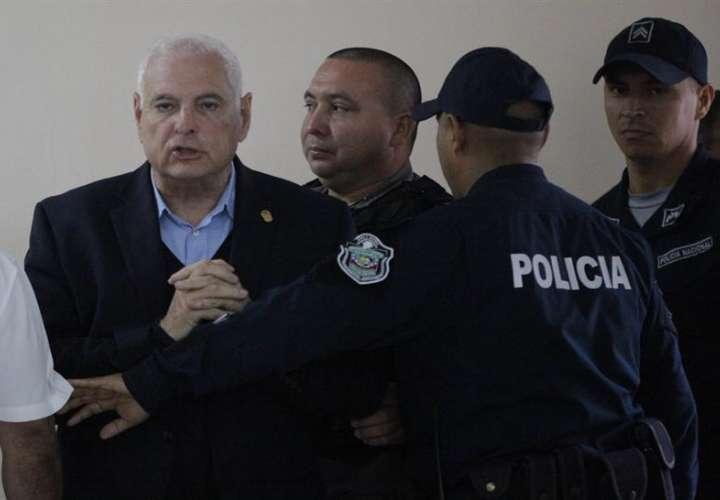 En al imagen, el expresidente panameño Ricardo Martinelli (i). EFE/Archivo