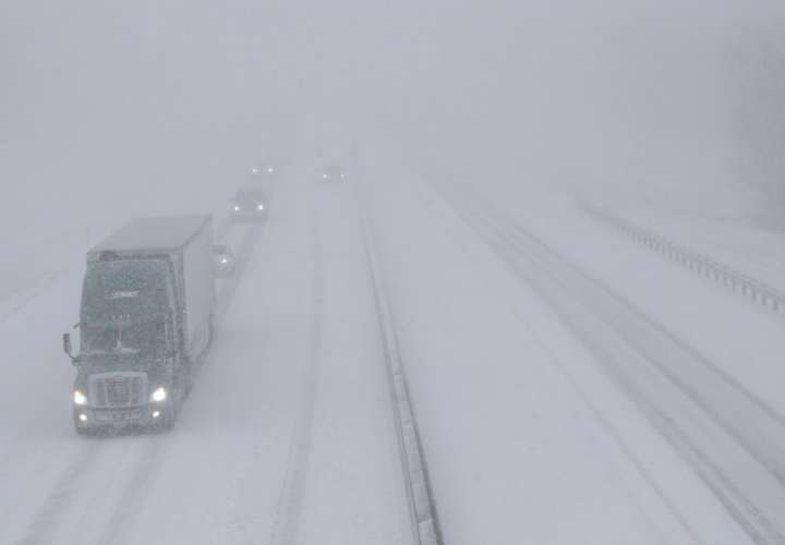 El tráfico se mueve hacia el oeste a lo largo de la I-70 cerca de Lawrence, Kansas, el domingo 25 de noviembre de 2018. La I-70 está cerrada al oeste de Junction City, Kan. (Foto AP / Orlin Wagner)