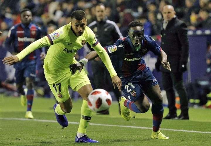 El defensa colombiano Jeison Faiban Murillo (izq.), persigue el balón ante el delantero ghanés del Levante, Emmanuel Okyere. Foto: EFE