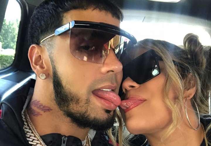 Karol G defiende a Anuel, por tatuarse en la espalda una foto junto a ella