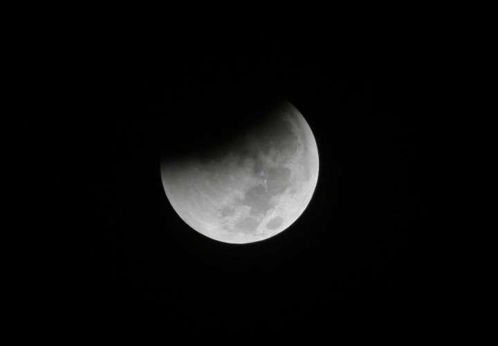 Todo el eclipse comienza la noche del domingo o el lunes temprano, dependiendo de la ubicación , y durará aproximadamente tres horas. AP