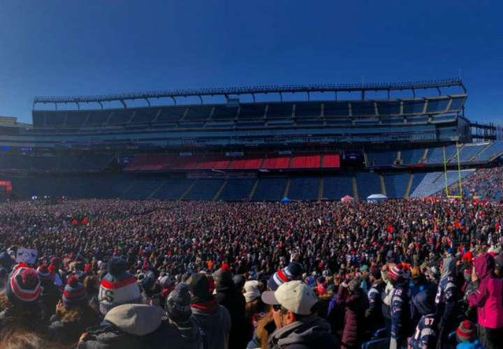 Aficionados de los Patriots despiden a su equipo en el Gillette Stadium, previo a su viaje rumbo a Atlanta, sede del Súper Bowl. Foto: AP
