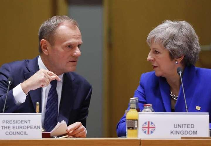 l presidente del Consejo Europeo, Donald Tusk, conversa con la primera ministra británica, Theresa May. EFE/Archivo