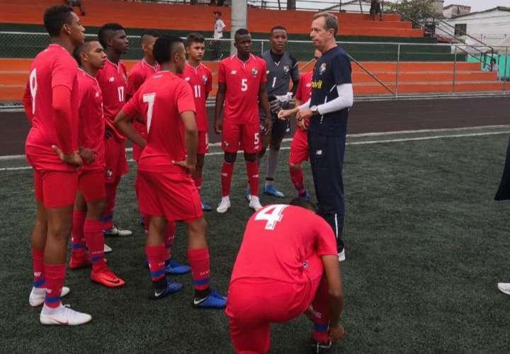 Gary Stempel junto a los jugadores de la selección Sub-17 de fútbol. Foto: Fepafut