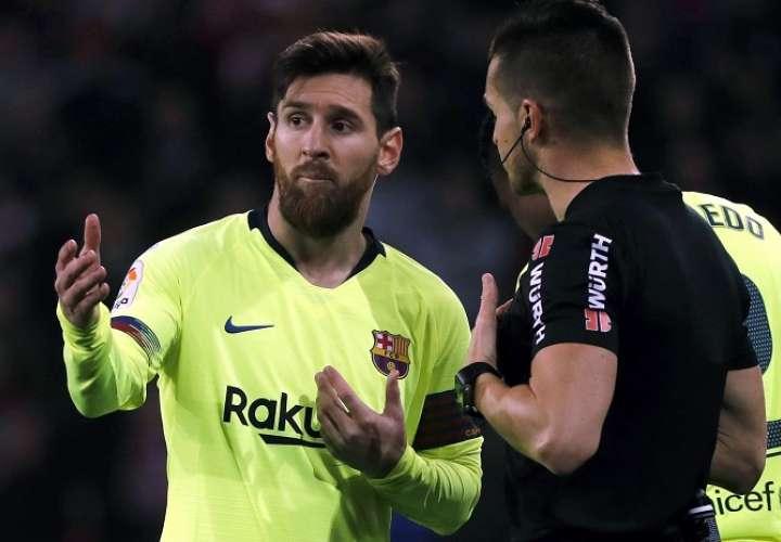 El delantero argentino del F.C Barcelona Leo Messi (i) ante el árbitro Del Cerro Grande./ EFE