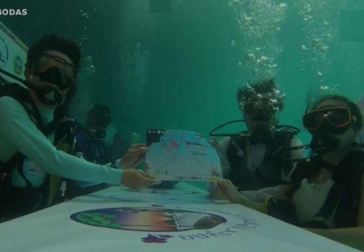 Parejas se dan el 'sí, quiero' bajo el agua en Tailandia (Video)