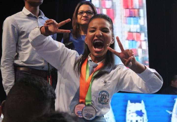 La joven Joelid Demir Mordok Gordón, demuestra su alegría al saber que había ganado el primer lugar. Foto: Cortesía