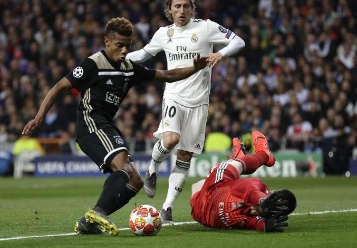 David Neres, del Ajax, dio serios dolores de cabeza al Real Madrid. /AP