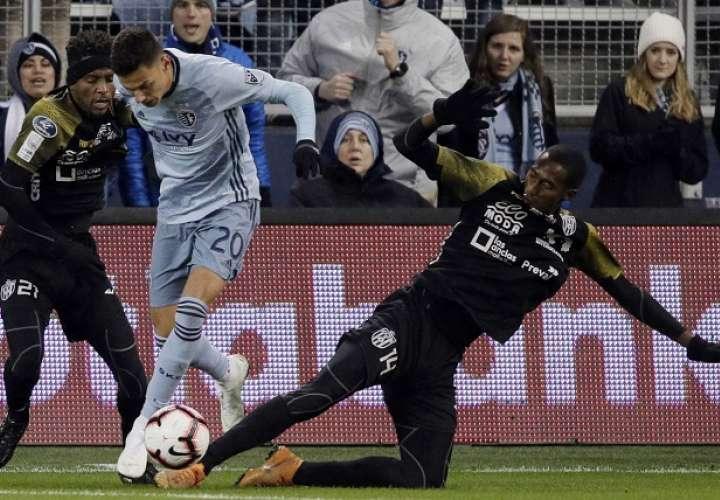 Francisco Vence (21) y Abdiel Ayarza, jugadores del CAI, disputan el balón contra Daniel Salloi del Sporting Kansas City./ AP