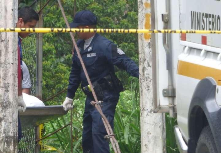 Una llamada telefónica al cuartel de Divalá alertó a la policía de que en la parte de atrás del Jardín El Aromo se encontraba el cadáver de un hombre. Foto: Mayra Madrid