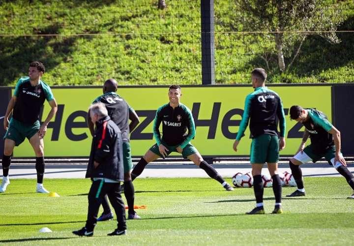 ORTUGAL), 03/19/2019.- Cristiano Ronaldo (c) y Pepe (i) realizan estiramientos durante el entrenamiento de la selección nacional de Portugal. Foto: EFE