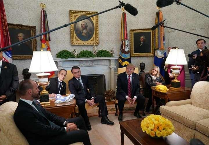 El presidente de Estados Unidos, Donald Trump (ci), durante la reunión con su homólogo brasileño, Jair Bolsonaro (cd), en la Casa Blanca este martes en Washington (Estados Unidos). EFE