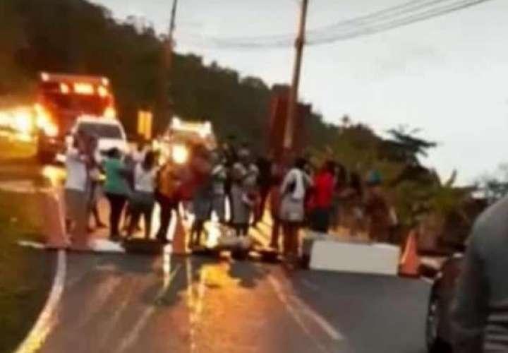 Residentes de Portobelo cierran vía con palos y piedras por falta de agua