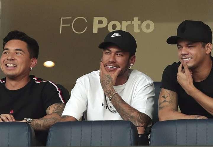 El padre de Neymar defendió también a su hijo por las críticas que el jugador recibe por sus constantes caídas en el campo de juego. Foto: AP