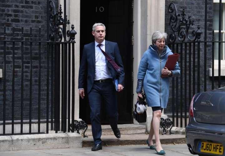 """La primera ministra británica, Theresa May (dcha), y el ministro para el """"brexit"""", Stephen Barclay, salen del 10 de Downing Street tras una reunión especial del Gabinete este lunes en Londres (Reino Unido). EFE"""