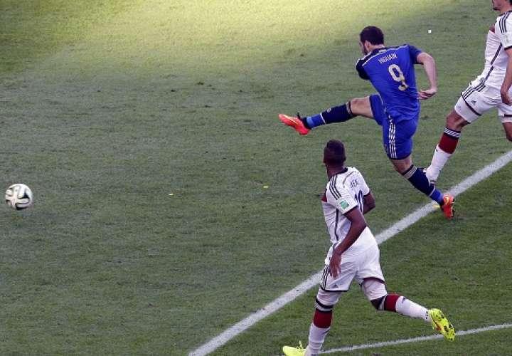 Gonzalo Higuaín desperdicia una ocasión de gol durante el encuentro final del Mundial Brasil 2014 entre Alemania y Argentina. /Foto: EFE