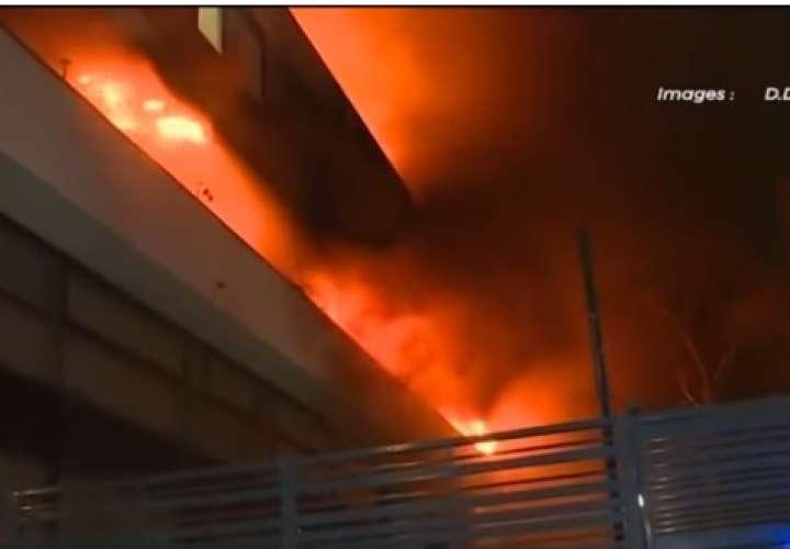 Potente explosión sacude un edificio de París tras un incendio (Video)