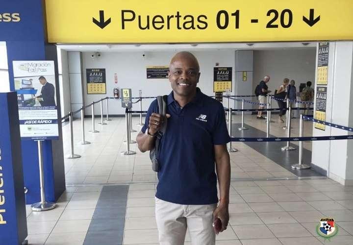 El técnico Julio Dely Valdés de #PanamáMayor rumbo a Los Ángeles, Estados Unidos para asistir al sorteo de Copa de Oro. Foto: Fepafut