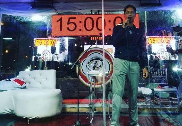 Cantó 106 horas sin parar para romper el récord Guinness, y quedó descalificado
