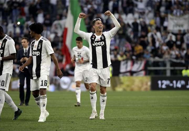 Cristiano Ronaldo celebra el triunfo en la liga italiana. Foto: AP