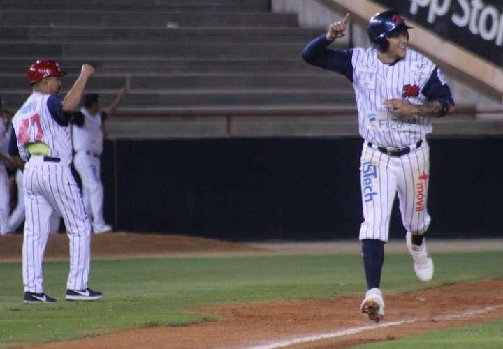 José Camargo sonó el jonrón ganador con un compañero en base. / Foto Cortesía