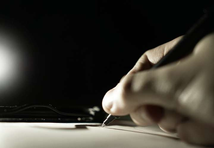 El agresor tiene que presentar su firma cada 15 días por 6 meses.