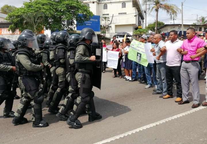 Docentes y estudiantes se enfrentan a la Policía; luchan por sus colegio